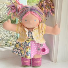 Look at the beautiful outfit on this Bamboletta doll ! Steiner Waldorf, Waldorf Dolls, Toddler Christmas, Little Doll, Rag Dolls, Handmade Dolls, Soft Dolls, Dollhouses, Beautiful Outfits