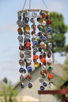 Bottle Cap Wind Chime Keep your garden in tip top condition with these fantastic trash to treasure crafts including pot plant markers and amazing self watering planters! Diy Bottle Cap Crafts, Beer Cap Crafts, Bottle Cap Art, Bottle Cap Images, Bottle Top, Bottle Cap Projects, Beer Cap Art, Beer Caps, Carillons Diy
