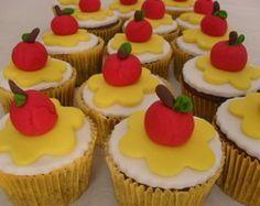 Αποτέλεσμα εικόνας για snow white cupcakes Snow White Cupcakes, Mini Cupcakes, Cupcake Cakes, Show White, Party Themes, Picnic, Birthdays, Food And Drink, Snacks
