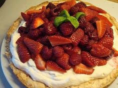 Mandelkage med flødeskum og røde bær