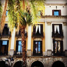 Plaza Real de Barcelona, el encanto del bullicio. Lugares con encanto. Plaça Reial. Barrio Gótico. www.caucharmant.com
