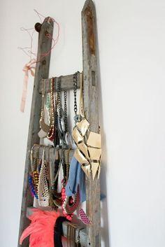 Un dressing avec une échelle pour exposer des bijoux