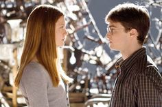 Bonnie Wright and Daniel Radcliffe as Ginny Weasley and Harry Potter. Harry Potter Tumblr, Harry Potter Hermione, Harry Und Ginny, Gina Harry Potter, Harry Potter Books, Harry Potter Characters, Harry Potter World, Bonnie Wright, Fans D'harry Potter
