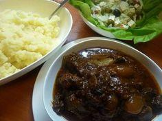 Stifado voor de slowcooker of oven Slow Cooker Recepies, Good Food, Yummy Food, Multicooker, Crock Pot Cooking, Best Dishes, Greek Recipes, No Cook Meals, Food And Drink