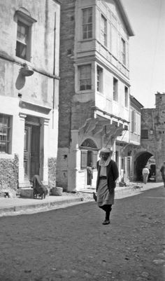 Πάνω Πλάτσα (πλατεία μεσαιωνικού οικισμού), Καλαμωτή Χίος, γύρω στα 1935 Έλλη Παπαδημητρίου Chios, Old Photos, Greece, Folk, Street View, Island, Traditional, Black And White, Modern