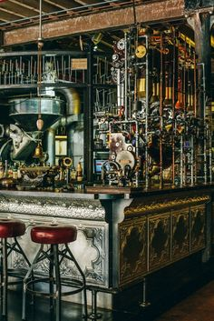 Steampunk Coffee House in Cape Town. Voir aussi les photos du site http://homeworlddesign.com/truth-coffee-roasting-steampunk-design