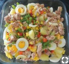 Salada russa - Batata, atum, ovo, cenoura, feijão verde, milho doce, ervilhas, pimentos vermelhose sal.