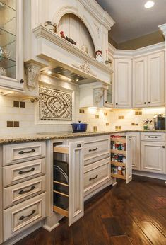 Farmhouse Kitchen Decor, Home Decor Kitchen, Kitchen Furniture, Rustic Farmhouse, Luxury Kitchens, Home Kitchens, French Country Kitchens, Cuisines Design, Traditional Kitchen