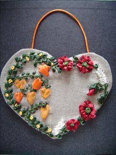 Coeur brodé aux coquelicots (broderie au ruban)