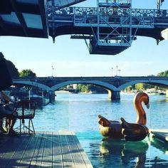 Piscine et terrasse de l'hôtel Off Seine à Paris.
