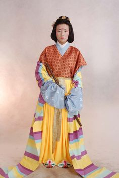 北朝晚期-初唐贵妇 半臂襦裙 类似形象:新疆阿斯塔那出土着衣陶俑