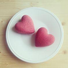DIY: Bombe de bain sweet heart Bomb Cosmetics, Diy Beauté, Dyi Crafts, Bath Bombs, Fondant, Baby Shower, Candy, Homemade, Creative