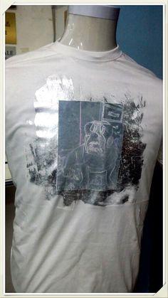 Tshirt in cotone , immagine stampata in sublimazione su fondo bianco serigrafico effetto argento con foil su fondo serigrafico