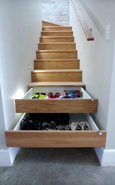 Lådor i trappan smart förvaring