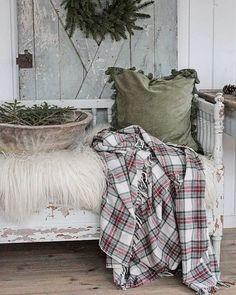 """Altså er det en ting jeg """"sliter"""" med.. Så er det svakheten for fine tekstiler.. Som teppe og pute her fra @homeandcottagenorge. Det gamle trauet er fra @c.i.a_cederbergs_interiors  Isen er heldigvis regnet bort her nå, så nå kan man komme seg ut på trygt vis #winter #homeandcottage"""