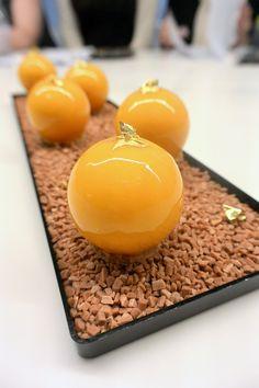 """""""Délice mangue, vanille et caramel"""" réalisé par François Daubinet à la Michalak Masterclass lors du cours """"Autour des petits gâteaux"""""""
