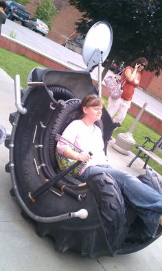 Jessica and the tire chair Tire Furniture, Recycled Furniture, Handmade Furniture, Furniture Design, Woodworking Crafts, Woodworking Plans, Tire Playground, Reuse Old Tires, Reuse Recycle