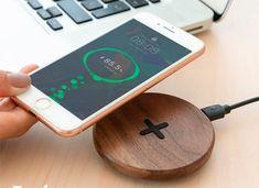 Acest Nasture de incarcare rapida a telefonului reprezinta alternativa ideala pentru incarcarea telefonului cu optiune wireless. Este compact, atragator, facut din lemn, compatibil cu device-uri IOS sau Android. Optiunea de incarcare rapida ofera si utilitate pe langa design-ul elegant. Constructia e rigida si atent lucrata, piciorusele de cauciuc ofera stabilitate pe orice tip de suprafata. Samsung, Iphone, Sam Son
