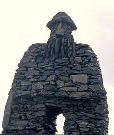 Libro Territorio Vikingo. El gigante Bárður Snæfellsás, guarda y habita el glaciar Snaefellness, esta estatua advierte de su presencia.