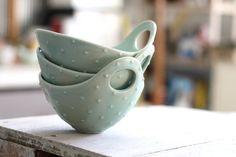 He encontrado este interesante anuncio de Etsy en https://www.etsy.com/es/listing/200435174/pottery-bowl-seafoam-green-dot-bowl-with
