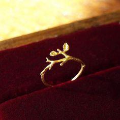 小枝のリング とっても華奢なリングです。 小さな葉っぱが二枚。繊細な枝ぶりに仕立ててあります。 自然の造形は美しいものです。 [Qual.] BR…真鍮