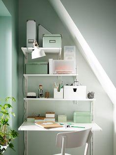 Schräge Decken sind praktisch. Die Nischen kann man zum Beispiel für einen kleinen Arbeitsplatz nutzen, ohne dafür gleich einen eigenen Raum einrichten zu müssen. Der Raum unter Treppen bietet sich auch für Einbauschränke, Regale oder andere Aufbewahrungslösungen an.