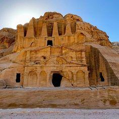 Es gibt einen neuen Beitrag und ein neues Reiseziel am Blog! Jordanien Urlaub Einreise Visum Sicherheit Wetter & Tipps. Bevor man eine Reise nach Jordanien antritt stellt man sich aber viele Fragen. Ist das Land sicher? Was muss man für die Einreise und während der Reise beachten? Wie ist das Wetter? Wann ist die beste Reisezeit? Oder was kann man überhaupt machen? Die Antworten auf diese Fragen haben wir für euch zusammengefasst. Wir sind über #Israel nach #Jordanien eingereist. Die Grenze… Highlights, Monument Valley, Mount Rushmore, Mountains, Instagram, Nature, Travel, Gin, Blog