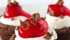 Everything you love about the traditional Black Forest Cake has been transformed into a bite sized cookie. Edible Cookies, Cake Mix Cookies, Fun Cookies, Milk Chocolate Ganache, Chocolate Fudge Cake, Cookie Cups, Cookie Pie, Cookie Desserts, Easy Desserts