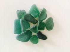 Set di 12 vetri color verde scuro levigati dal mare delle Cinque Terre. Ritrovati nella spiaggia di Monterosso.  Dimesioni:…