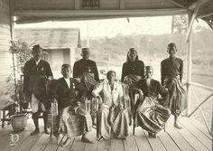 Foto bersama kepala daerah Malili di Sulawesi Selatan 1905-1908 Makassar, Old Pictures, Southeast Asia, Royals, Indie, Culture, Pure Products, History, Painting