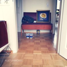 Im neuen Zuhause bei Denis angekommen - Küchenbank und Tisch aus den 60ern. Schön sieht's aus in Flur und Küche. Nachhaltig schön. ❤️