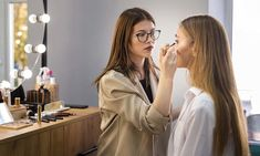 Come diventare Makeup Artist? le migliori scuole ed agenzie in Italia How To Apply Eyeshadow, How To Apply Mascara, How To Apply Makeup, Applying Mascara, It Cosmetics Brushes, Makeup Brushes, Photoshop, Bright Pink Nails, Pin Up