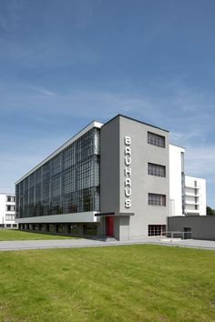 100 jaar Bauhaus in Weimar en Dessau Walter Gropius, Bauhaus Architecture, Unique Architecture, House Architecture, Bauhaus Building, Inspiration Artistique, Bauhaus Design, Art Deco Buildings, House Styles