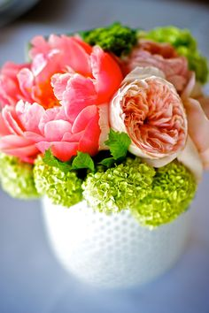 Love the fresh feel of this floral arrangement!