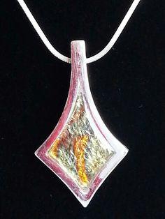 Handgjort smycke i silverlera med resin infattning.