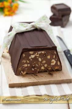Torrone dei morti napoletano un dolce morbido e cremoso al cioccolato, nocciole.Una ricetta tradizionale napoletana, facile, per la ricorrenza dei defunti.