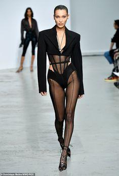 Bella Hadid grésille dans un bas de corps pur au Mugler PFW show Fashion Week, Look Fashion, High Fashion, Fashion Show, Fashion Outfits, Fashion Design, Fashion Bella, Steampunk Fashion, Gothic Fashion