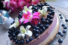 Festpyntet raw blåbærkake. Plant Based Recipes, Raw Food Recipes, Vegan Food, Norwegian Food, Blueberry Cake, Healthy Sides, Cheesecakes, Acai Bowl, Deserts