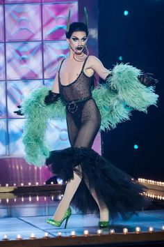 "Teilnehmer: Aquaria Folge: ""PharmaRusical"" Runway-Thema: Very Best Drag Placement: Safe Drag Queen Costumes, Drag Queen Outfits, Valentina Drag, Rupaul Drag Queen, Cool Signatures, Drag Queen Makeup, Photographie Portrait Inspiration, Queen Fashion, Transgender Girls"