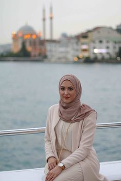 25 Easy and Modern Hijab Scarves: Best Selection Modest Fashion Hijab, Modern Hijab Fashion, Muslim Women Fashion, Hijab Fashion Inspiration, Islamic Fashion, Hijab Chic, Abaya Fashion, Mode Inspiration, Style Fashion