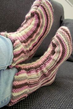 Minä olen tossu- ja villasukkaihminen henkeen ja vereen. Kuljen sukissa tai tossuissa 24/7/365. Tähän tossumalliin törmäsin ensimmäi... Knifty Knitter, Knitted Slippers, Knitting Socks, Crafts To Do, Sock Shoes, Leg Warmers, Fingerless Gloves, Mittens, Knitting Patterns