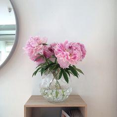 Snart tar vi helg! Vilka blommor fyller din Laura-vas i helgen? Denna årstid är #pioner en favorit hos oss!
