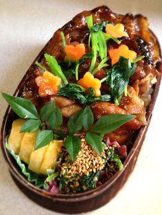 Twitter from @kumaizumi さて、今日も「はっ!わ、忘れてたよー!」と言いつつも親孝行な方の母の日の贈り物を全国にお届けします♪ 本日のお弁当■豚肉と三つ葉の照焼き丼、卵焼き、ほうれん草の胡麻和え #wmjp #obento #obentoart