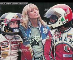Barry SHEENE & Stephanie, Johnny CECOTTO. Motorcycle Racers, Suzuki Motorcycle, Racing Motorcycles, Cafe Racing, Road Racing, Racing Bike, Mets Team, Motos Vintage, Vespa Girl