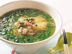 小松菜そば  細かく刻まれた小松菜の美しい深い緑が、食欲をそそります。ピリッときく実ざんしょうの辛みがおいしい。