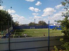 Стадион ВИЗ. Искусственное футбольное поле. Мачты освещения. Открытые трибуны из металлоконструкций с пластиковыми сидениями. Расположен рядом с Верх-Исетским прудом.