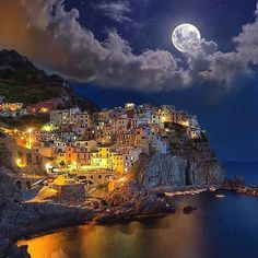 Manarola, Cinque Terre, Italy. .. Tag 3⃣ friends. By @earthofficial. .. #manarola #cinqueterre #italy #italia #italien #holiday #urlaub #night #dark #colour #colourful #colours #colourpop #farbe #farben #schön #sweet #cute #süss #gut #hd #mond #thursday #week #beach #sun #light #home #house