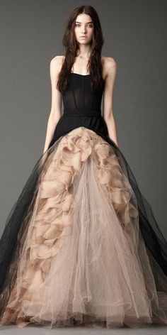 Many women want a a Vera Wang wedding gown which can make you feel like royalty. Vera Wang wedding gowns are known for being simple and styl. Black Wedding Dresses, Wedding Gowns, Prom Dresses, Bridal Gowns, Dresses 2014, Dress Prom, Wedding Pantsuit, 2017 Wedding, Casual Wedding