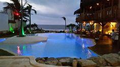 Maravilloso atardecer a la orilla de la piscina de arena del hotel Hurricane de Jericoacoara (Brasil), un hotel eco-friendly que deseaba una piscina que evocara una laguna natural. Nuestro sistema patentado NaturSand de arena natural nos permitió crear este pequeño paraíso.  #paraíso #hotel #Brasil #Natursand #arena #piscina #ecofriendly