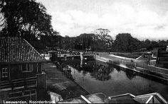 Leeuwarden: Noorderbrug die de Spanjaardslaan en de Groeneweg met elkaar verbindt over de Noorderstadsgracht omstreeks 1953
